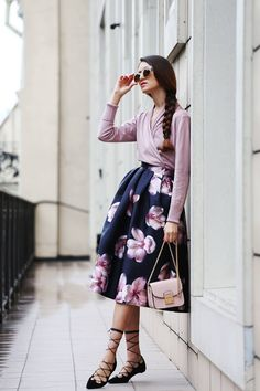 42 Inspiring Floral Skirt And Dresses For Spring Outfit Mode Outfits, Skirt Outfits, Dress Skirt, Fashion Outfits, Womens Fashion, Floral Outfits, Fashion News, Casual Chique, Rocker