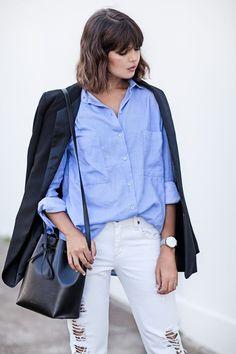 Голубая рубашка, черная сумка-торба, белые джинсы, черный пиджак. White jeans, blue shirt, parisian chic.