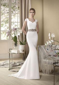 13471be4e ORQUÍDEA Vestido de novia línea evasé en crepe con manguitas de fino encaje  chantilly el cual
