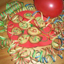 Für die Faschingsparty oder den Kindergeburtstag werden selbstgebackene Luftballon-Mandelkekse mit bunten Fruchtgummischnüren verziert, die dann fast wie Luftschlangen aussehen...