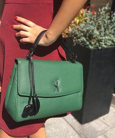 Découvrez le sac à main Luxembourg de Hayari Paris...  A la fois pratique et élégant, il est idéal pour apporter une touche glamour à toutes tenues. Il est à la fois structuré et très souple, et permet également de garder les mains libres grâce à sa bandoulière, ce qui le rend très pratique pour un usage quotidien  #Hayariparis #frenchbrand #luxury #leatherbag #elegance