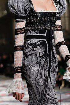 Alexander McQueen Spring 2017 Ready-to-Wear Fashion Show Fashion Week, Fashion 2017, Trendy Fashion, Runway Fashion, Spring Fashion, High Fashion, Fashion Show, Classy Fashion, Fashion Black
