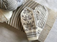 Størrelse: 1-2 år Lengde: 17 cm Bredde: 8 cm Garn: DROPS Merino Exstra Fine (farge 01 og 08) ... Knitting Kits, Knitting For Kids, Knitting Patterns Free, Free Knitting, Baby Knitting, Crochet Butterfly Free Pattern, Crochet Shawl Free, Crochet Shell Stitch, Mittens