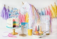 Une table d'anniversaire aux tons pastel rose et jaune