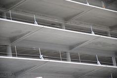 Rives béton préfabriqué du parking de la gare de Bordeaux Belcier - Barrières mixtes câble inox - AREP / MaP3 - entreprise GTM