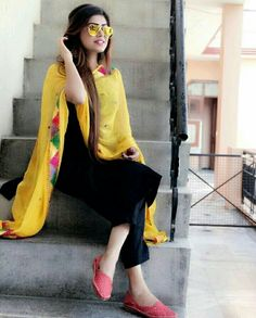 simple yet beautiful😍 Kurti Designs Party Wear, Kurta Designs, Blouse Designs, Dress Designs, Indian Attire, Indian Ethnic Wear, Indian Outfits, Indian Dresses, Suit Fashion
