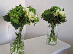 Compositions de buffets hortensias verts et freesias blancs