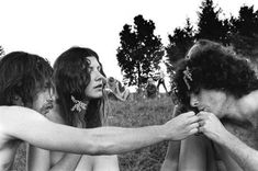Hippies smoking weed at the 1969 Woodstock Festival. 1969 Woodstock, Woodstock Photos, Woodstock Hippies, Woodstock Music, Woodstock Festival, Hippie Man, Hippie Style, Happy Hippie, Hippie Chic
