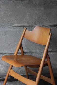 A pair or Egon Eiermann's folding SE18 chairs http://abelsloane1934.com/se18-klappstuhl-egon-eiermann-wilde-spieth-pair/