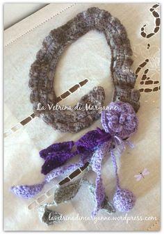 collana o colletto in lana grigio glicine chiuso con un bottone