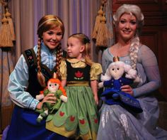 I love how that little girl is looking at Anna. I'm glad little girls admire Anna too, not just Elsa.