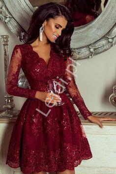 Przepiękna bordowa elegancka sukienka obszyta koronką. Góra sukienki dopasowana podkreślająca talię i biust, dół rozkloszowany. Sukienka bordowa koronkowa z długim rękawem idealna na wesele, studniówkę.