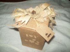 Caixa reutilizada,em papel micro ondulado,sisal e material orgânico.