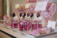 Quem resiste a essas gelatinhas cor-de-rosa no potinho, com colherzinhas chiquérrimas, para a festa bailarina vintage?