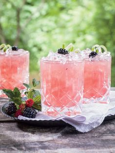 Our Most Delicious Pink Cocktails: Summer Cobbler Cocktail Pink Cocktails, Whiskey Cocktails, Vodka Cocktails, Beach Cocktails, Pink Drinks, All You Need Is, Raspberry Beer, Pink Vodka, Refreshing Summer Drinks