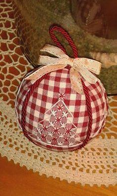 """Più che """"qualche pallina"""" , Manuela Martinelli.. si sta addobando tutto l'albero!! ...E più ricama e più da sfogo alla sua fantasia!! Dovendo sceglierne una, quale preferireste?? Acciderbolina... perchè è tutto così difficile, con questa nuova piatta... Quilted Ornaments, Fabric Ornaments, Christmas Baubles, Diy Christmas Ornaments, Christmas Decorations, Christmas Sewing, Christmas Embroidery, Christmas Projects, Chicken Scratch Patterns"""