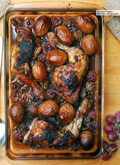 Esta receta de pollo asado al vino tinto con cebolla caramelizada y uvas la improvisamos un poco en casa hacia el final de las vacaciones. Mis padr... Roast Recipes, Chicken Recipes, Cooking Recipes, Pollo Chicken, Sweet Wine, Tasty, Yummy Food, Barbacoa, Sweet Recipes