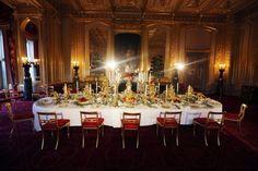 I reali d'inghilterra, si sa, non lasciano nulla al caso. Ma questa volta hanno iniziato presto ad addobbare il castello nel Berkshire per la tradizionale cena di stato natalizia. Tra decorazioni in oro e giganteschi alberi di Natale, ecco un assaggio dei festeggiamenti regali