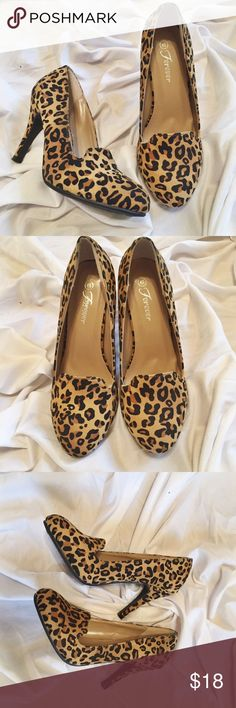 Leopard print pumps Perfect condition round toe great paired with jeans and a t-shirt or a nice pencil skirt🐆 Shoes Heels