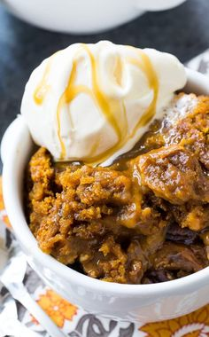 Serve slow cooker pumpkin cake warm with a scoop of vanilla ice cream and m Crock Pot Desserts, Slow Cooker Desserts, No Cook Desserts, Slow Cooker Recipes, Dessert Recipes, Crockpot Recipes, Crockpot Dishes, Dessert Ideas, Easy Desserts