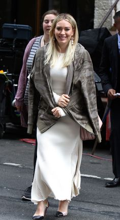hilary-duff-on-the-set-of-younger-in-new-york-06-05-2017_7.jpg 1.200×2.201 pixeli