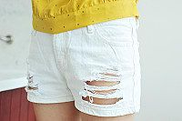 Vivi.shu retained the white hole in jeans shorts
