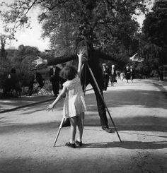 La petite Monique, Paris. 1934: Robert Doisneau