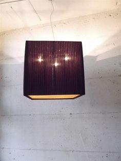 sospensione cubo pissè creponne prugna 3 luci edison .Montatura cromo satinato multi arredo .Tappo basso in pergamena apposita bianco-avorio