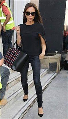 La nueva Victoria Beckham: más sofisticada y moderna - ¡HOLA! Entre las prendas predilectas de Victoria están los chupines negros y los 'tops-capa'.  Foto: Getty