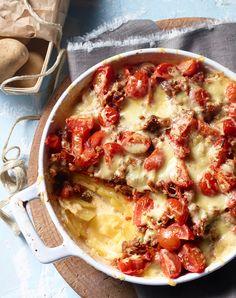 Ein klassischer Hackfleisch-Kartoffel-Auflauf mit Tomaten.