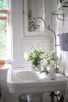FleaingFrance.....beautiful bath for a small space.