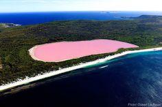 Lake Hillier – Australië  Dit meer in het Recherche Archipelago natuurpark voor de kust van West-Australië is beroemd vanwege z'n roze kleur, ontstaan door een specifieke combinatie van algen en bacteriën die in het water leven