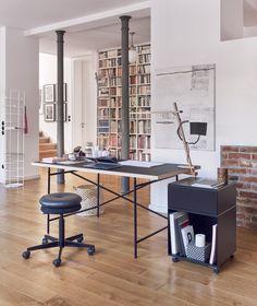Spannend und universell. Das Original von Egon Eiermann aus dem Jahr 1953 exklusiv nur von Richard Lampert. Ein veritabler Möbelklassiker und in seiner Vielzahl an Kombinations- und Verwendungsmöglichkeiten einzigartig. Die reduzierte Konstruktion stellt ein Optimum zwischen Materialeinsatz und Standfestigkeit dar. Gestalterisches Detail at it's best. 100% Eiermann. Als Schreibtisch empfehlen wir das Original!