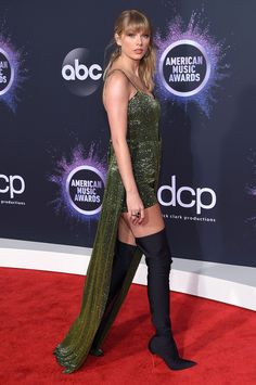 Taylor Swift, Selena Gomez and many more celebrities at the 2019 American Music Awards. Taylor Swift wears a Julien Macdonald sparkly green dress and thigh-high black boots on the red carpet at the 2019 AMAs. Taylor Swift Hot, Taylor Swift Style, Red Taylor, American Music Awards, Beautiful Long Dresses, Taylor Swift Pictures, Celebrity Red Carpet, Celebrity News, Red Carpet Dresses