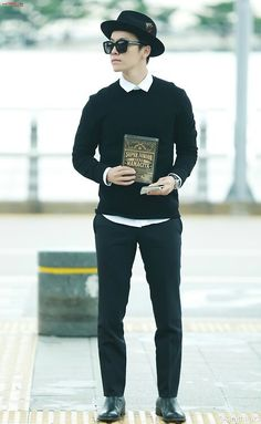 Donghae advertising the album like its nothing!! LOL!!