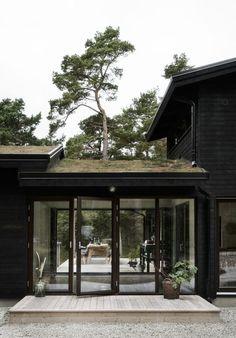 Das Waldhaus am Strand, Gotland - M. Houses Architecture, Detail Architecture, Transitional Living Rooms, Transitional House, Transitional Lighting, Modern Exterior, Exterior Design, Exterior Paint, Breezeway