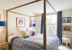 Um quarto confortável é fundamental para se sentir bem em casa. Esta cama com dossel deixa o ambiente com privacidade e tranquilidade.