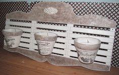Jardim vertical feito em madeira, pintado em branco, com textura e aplique de resina. Os vasos s??o vendidos separadamente R$ 340,00