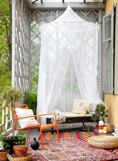 Baclony with cozy tulle and carpets | Stylish ideas and inspiration for the balcony