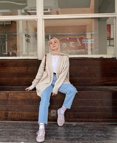 v neck outfit Hijab Fashion Summer, Modest Fashion Hijab, Modern Hijab Fashion, Street Hijab Fashion, Hijab Fashion Inspiration, Teen Fashion Outfits, Muslim Fashion, Look Fashion, Modesty Fashion