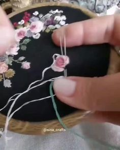 Hand Embroidery Patterns Flowers, Basic Embroidery Stitches, Hand Embroidery Videos, Embroidery Stitches Tutorial, Embroidery Flowers Pattern, Creative Embroidery, Silk Ribbon Embroidery, Embroidery Hoop Art, Simple Embroidery