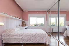 #quarto #criança #infantil #bebe #menina #menino #criativo #colorido #berçario #decoração #madeira #cama #rosa #brinquedo #rose #papeldeparede #parede #wallpaper #bancada #branco #delicado #design #decorado #textura #gesso #eames #eame #girl #pelucia #toy #kids #child #children #brother #son #daughter #filha #bedroom #bed #vidro #lamp #luminaria #clean #decore