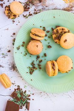 Proudly South African macarons with flavours of peppermint crisp tart (caramel, coconut biscuits, mint) to celebrate World Baking Day on 17 May Oven Chicken Recipes, Dutch Oven Recipes, Flaky Pastry, Shortcrust Pastry, Peppermint Crisp Tart, Salted Caramel Fudge, Salted Caramels, Coconut Biscuits, Mint Cake