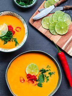 Heerlijk soep recept. Makkelijk en snel soep recept voor wortelsoep met rode curry en kokosmelk. Deze Thaise soep zit boordevol groente en is gezond. Je kunt deze soep zo pittig maken als je zelf wil. Op zoek naar nog meer makkelijk en snelle recepten? Bekijk dan mijn foodblog.