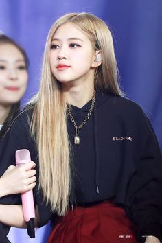 Your source of news on YG's current biggest girl group, BLACKPINK! Please do not edit or remove the logo of any fantakens posted here. Kpop Girl Groups, Korean Girl Groups, Kpop Girls, Yg Entertainment, Kim Jennie, Afro, Rose Park, 1 Rose, Kim Jisoo