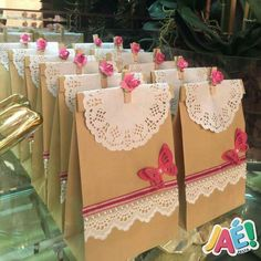 Party favor bags for a garden tea party? Paper Gift Bags, Paper Gifts, Creative Gift Wrapping, Creative Gifts, Cadeau Baby Shower, Decorated Gift Bags, Diy And Crafts, Crafts For Kids, Gift Wraping
