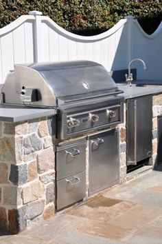 Fence + outdoor grill + sink = Happy memories in the great outdoors.