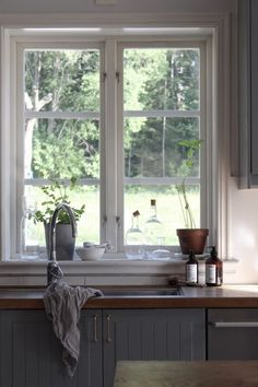 love the window ledge behind the sink and the window. Like the faucet Boho Kitchen, Rustic Kitchen, Kitchen Decor, Grey Interior Design, Country Interior, Kitchen Interior, Interior Design Living Room, Home Fashion, Home Kitchens