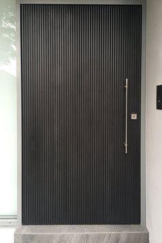 Great re texturing idea for that front door! Modern Entrance Door, Modern Door, Entrance Doors, Main Door Design, Front Door Design, Contemporary Front Doors, Outdoor Doors, Pivot Doors, Cool Doors