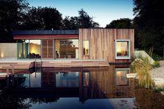 Dieses britische Ökohaus ist ein Wohntraum aus Holz und Beton – samt Schwimmteich, einer ruhigen Lage mitten im Wald und Sonnenkollektoren.